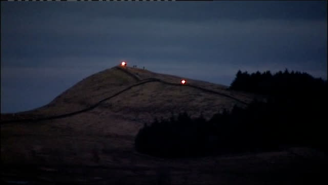 vídeos y material grabado en eventos de stock de beacons lit along hadrian's wall night beacon alight / people standing next flaming beacon / close up of flames / burning beacon / general views of... - faro equipo de seguridad