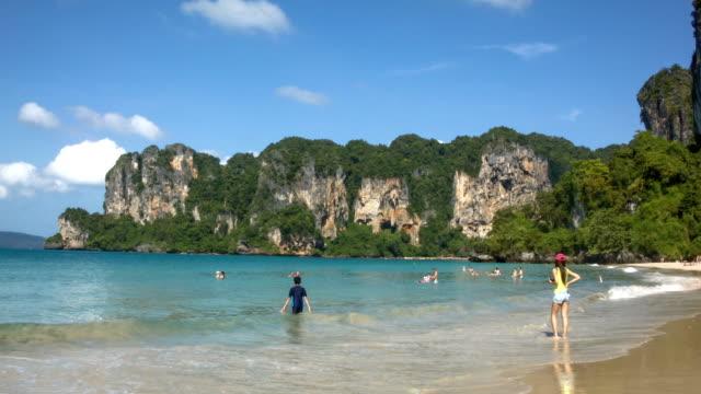 vídeos de stock, filmes e b-roll de beacutiful beach - província de krabi
