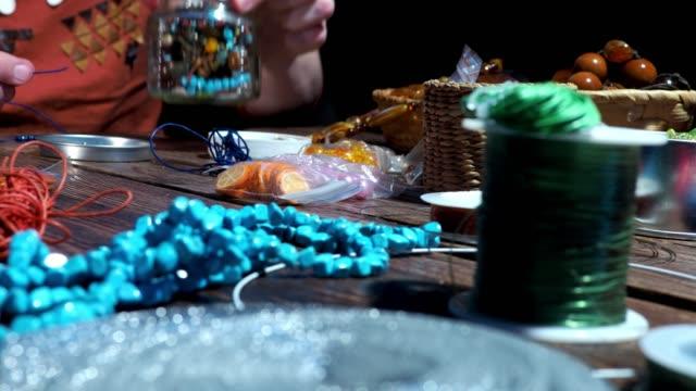 perlen machen workshop - perlenschnur stock-videos und b-roll-filmmaterial