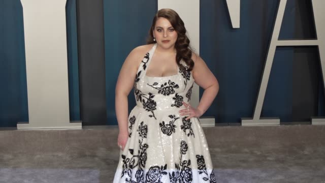 beanie feldstein at vanity fair oscar party at wallis annenberg center for the performing arts on february 09 2020 in beverly hills california - vanity fair oscarparty stock-videos und b-roll-filmmaterial