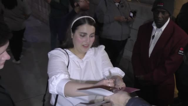 vidéos et rushes de beanie feldstein signs for fans outside the booksmart screening and q&a at arclight cinemas in hollywood in celebrity sightings in los angeles, - arclight cinemas hollywood