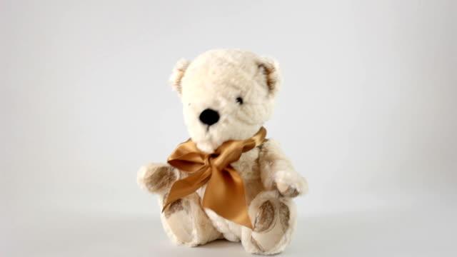 vídeos de stock, filmes e b-roll de urso de brinquedo - animal de brinquedo