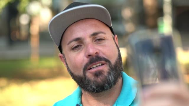 vídeos de stock, filmes e b-roll de homem de barba, fazendo um vídeo chat - gente comum