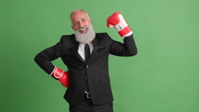 ひげを生やした大人ビジネスマンを緑の背景に対して打つ - 50 59 years点の映像素材/bロール