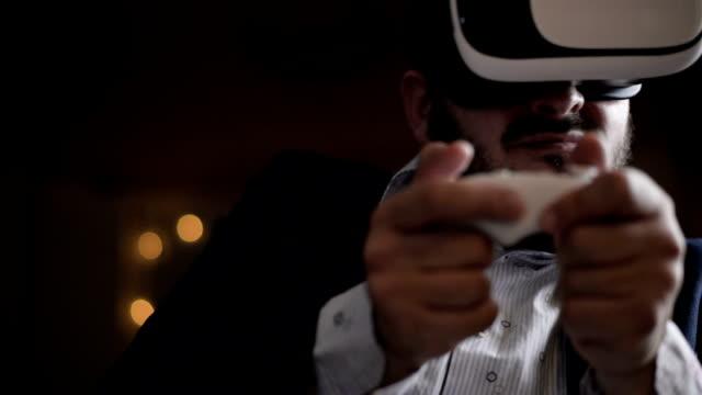 stockvideo's en b-roll-footage met bebaarde zakenman in virtual reality bril - de volgende stap