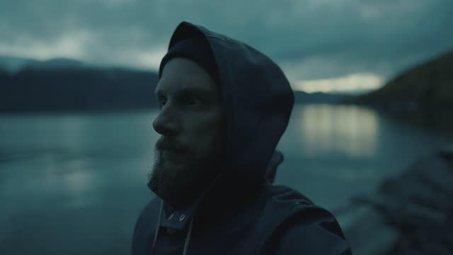 ひげを生やした漁師の肖像画:夜のフィヨルドのレインコート付き - 男漁師点の映像素材/bロール
