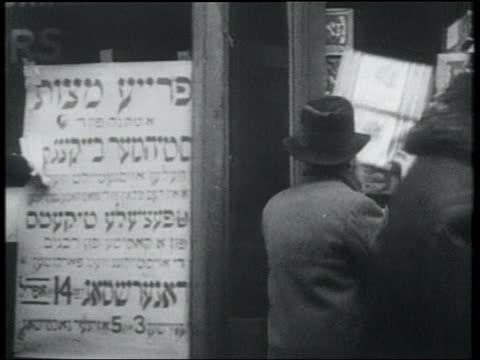 vídeos y material grabado en eventos de stock de b/w 1932 bearded man carrying box of free matzos / lower east side, nyc - inmigrante