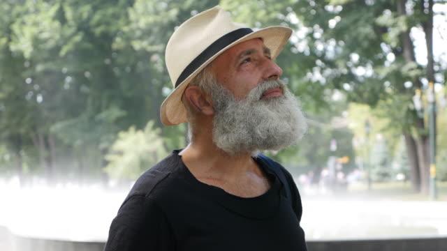 Barbu senior dans la ville