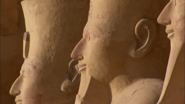 bearded statues of hatshepsut stand in a line. available in hd. - hatschepsut tempel stock-videos und b-roll-filmmaterial