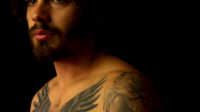 vidéos et rushes de bearded young man with tattoos - buste partie du corps