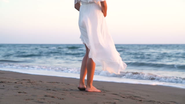 vídeos y material grabado en eventos de stock de hermosa mujer embarazada con vestido blanco en la playa - novia relación humana