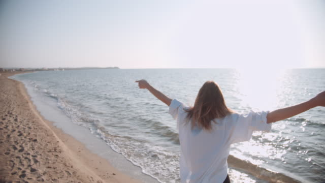 vidéos et rushes de jeune femme beatiful appréciant ses vacances - horizon
