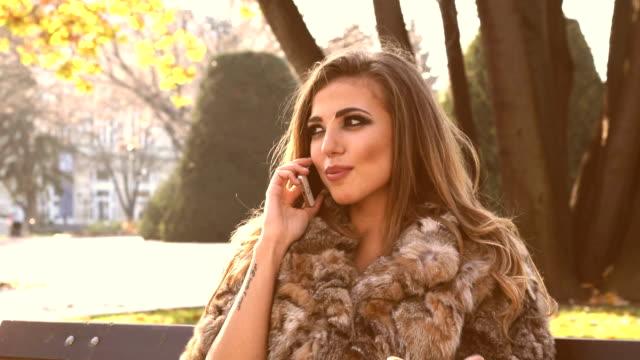 vidéos et rushes de belle jeune femme en automne parc - coup de foudre