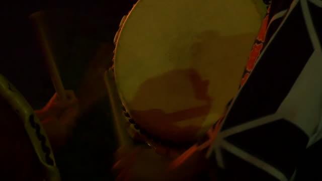 beating a japanese drum - 伝統行事点の映像素材/bロール