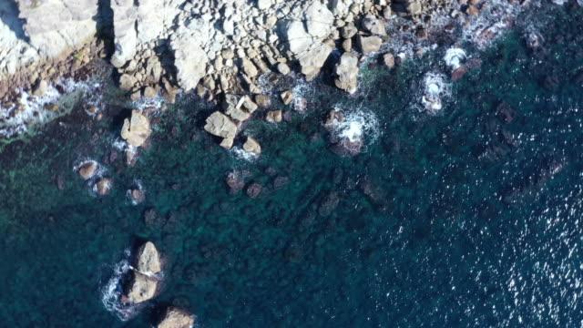 beating wave on the rock with splash - 崖点の映像素材/bロール