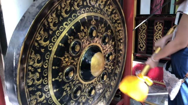 beatingthai gong for lucky in temple - hitting stock videos & royalty-free footage