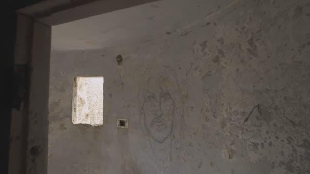 vídeos y material grabado en eventos de stock de w/s steadycam beatles ashram, george harrison portrait painted in a wall - george harrison