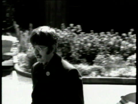 beatles drummer ringo starr gets out of car and takes photographs of the media / interview with ringo following birth of his baby jason talks about... - ringo starr bildbanksvideor och videomaterial från bakom kulisserna
