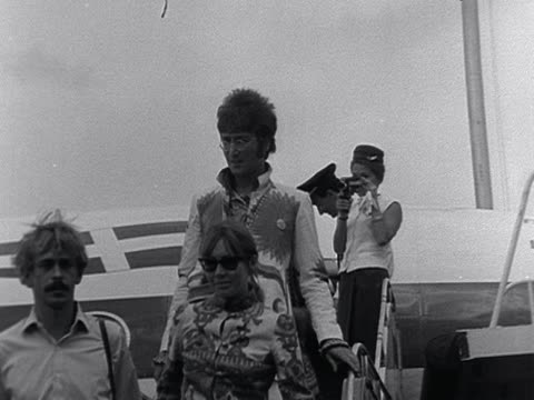 vídeos de stock e filmes b-roll de beatles frontmen john lennon and paul mccartney depart from aircraft following trip to greece - the beatles