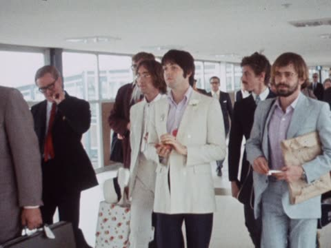 vídeos de stock e filmes b-roll de beatles frontmen john lennon and paul mccartney surrounded by reporters at london heathrow airport - the beatles