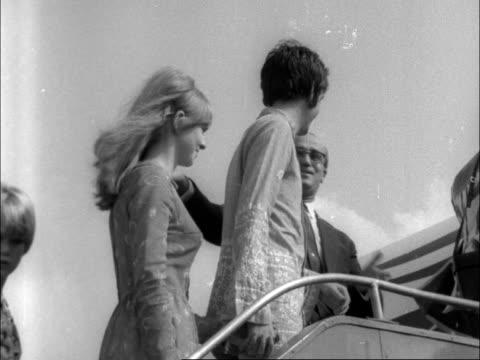 beatles john lennon and paul mccartney leave london:; england: london: lap : ext bv john lennon from car - wearing sunflower shirt - to bv, with... - アッシャー点の映像素材/bロール