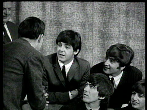 vídeos de stock e filmes b-roll de beatles walk into press conference and talk about their reaction to america / ringo starr talks about the weather / john lennon asked if he got... - the beatles