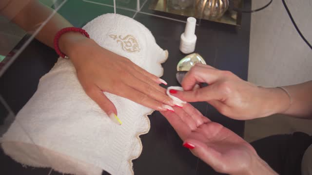 vídeos de stock e filmes b-roll de beautician cleaning and polishing fingernails while doing manicure - manicure