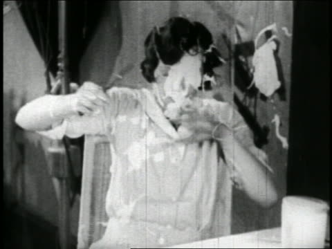 b/w 1928 beautician gettting food thrown at face / short - 1928 stock-videos und b-roll-filmmaterial