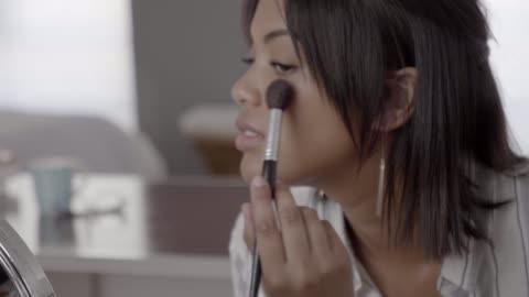 vídeos y material grabado en eventos de stock de beautician making video on make-up blog - feminidad