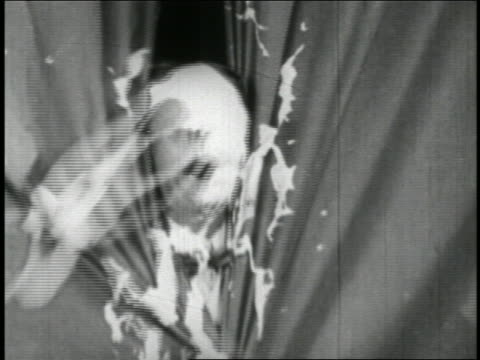 b/w 1928 beautician throws cream / his man (ben turpin) looking out of curtains (2 shots) / short - 1928年点の映像素材/bロール