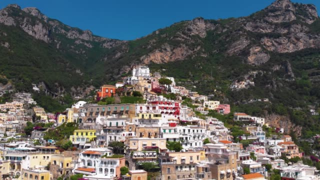vídeos de stock, filmes e b-roll de beautiful aerial panorama view of infrastructure and buildings of the city of positano. streets hotels, house and roads incredible beaches, apartments overlooking tyrrhenian sea. sunny day, italy - península