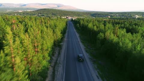 vackra flygfoto över asfalterad väg i skogen - vid bildbanksvideor och videomaterial från bakom kulisserna