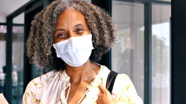 schöne afroamerikanische geschäftsfrau in ihrem büro - schwarz farbe stock-videos und b-roll-filmmaterial