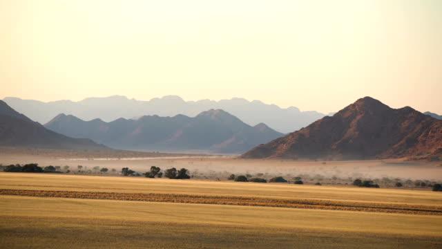 Vackra afrikanska savannen. Drone POV. Soluppgång.