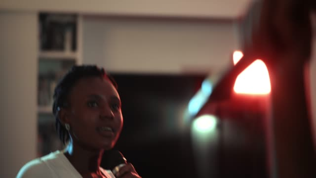 vídeos de stock, filmes e b-roll de mulher africana bonita que canta em casa - cantar