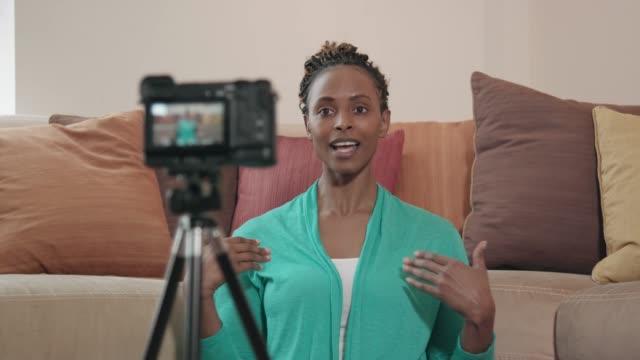vídeos de stock, filmes e b-roll de bela vlogger afro-americano, gravar um programa - filmar