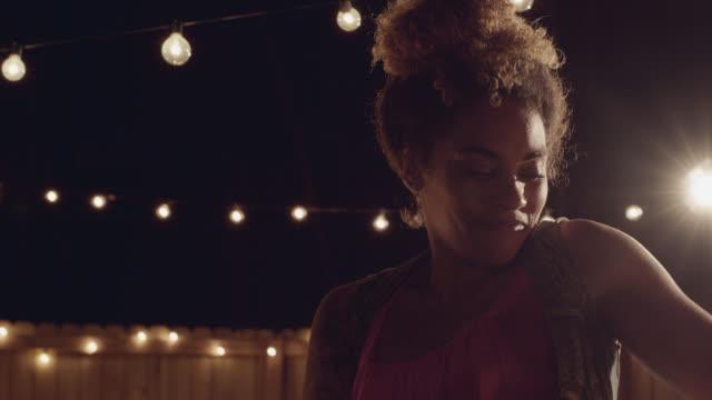 vídeos y material grabado en eventos de stock de slo mo. beautiful african-american woman dancing on grass covered with confetti - de ascendencia mixta