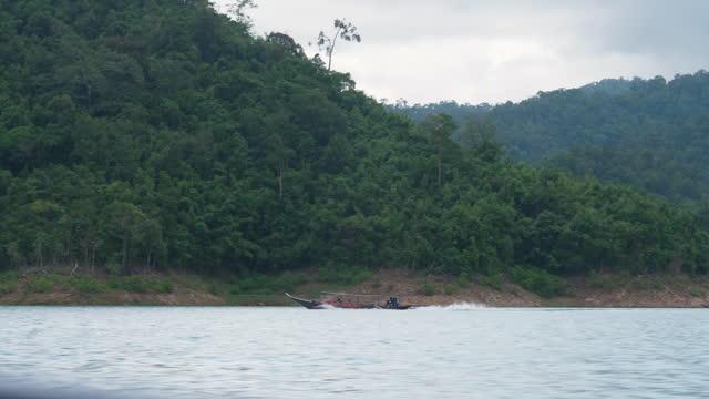 カオソク国立公園、スラタニー、タイ、ラチャプラパダムの自然山脈湖川の美しい素晴らしい景色、 - 水の形態点の映像素材/bロール