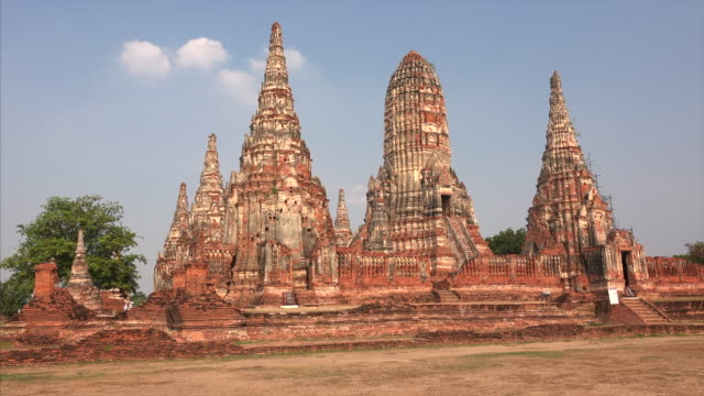 beautiful ancient temple ruins of wat mahathat in ayutthaya, thailand - old ruin stock videos and b-roll footage