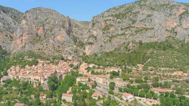 vidéos et rushes de aerial beautiful ancient village moustier st. marie - transport aérien
