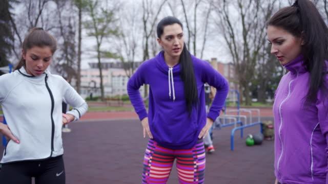 vidéos et rushes de belles et belles personnes discutant des exercices à l'extérieur - quête de beauté