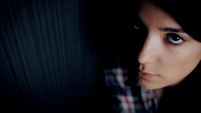 vacker och sorgsen ung kvinna, närbild