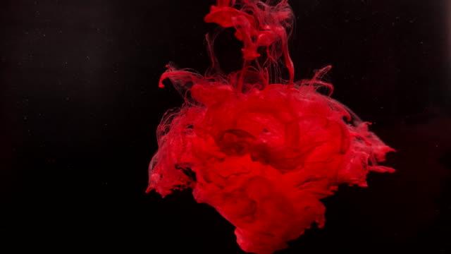 vidéos et rushes de beau art et les gouttes grunge d'encre de fond tourbillonnant et se transformant des nuages - procédé croisé