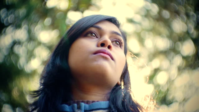 Schöne asiatische, ruhige junge Frau genießen frische Luft in der Natur.