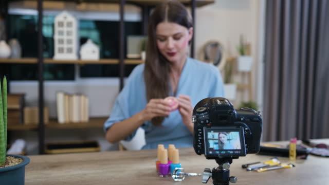 vidéos et rushes de beautiful asian woman beauty vlogger recording makeup tutorial - engagement des clients