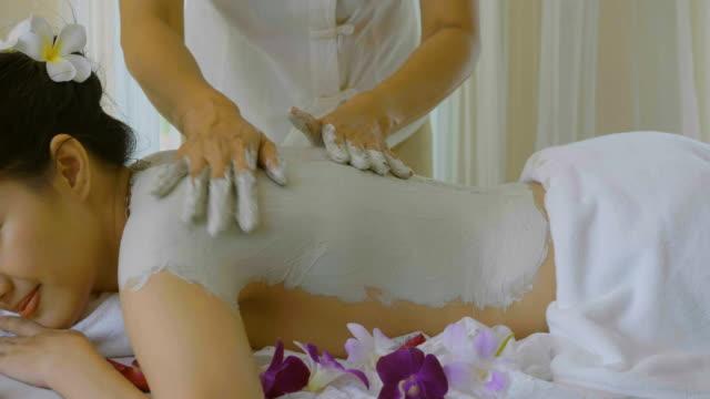 DS: Schöne asiatische Frau genießen Hautverjüngung mit Körpermaske