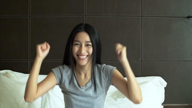 4K: schöne asiatische Frau auf der Suche und lächelnd in die Kamera mit ihrem Daumen nach oben