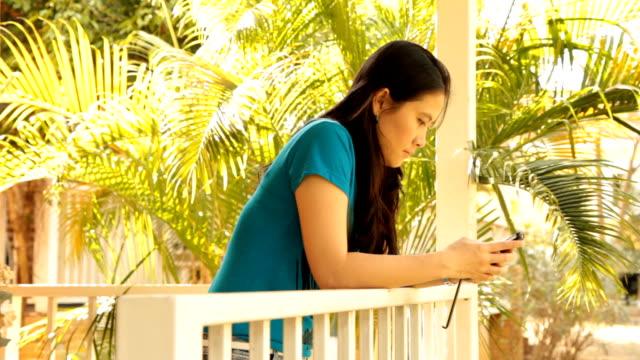 Schöne asiatische Frau spricht am Telefon