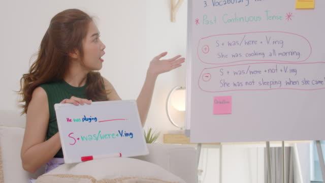 vídeos de stock e filmes b-roll de beautiful asian woman teaching english language online,homeschooling concept - workshop