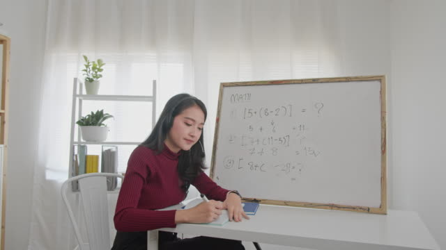 vídeos de stock e filmes b-roll de beautiful asian woman teaching mathematics online,smiling asian woman teacher speaking recording vlog or mathematics lesson class online for homeschooling - aula de formação